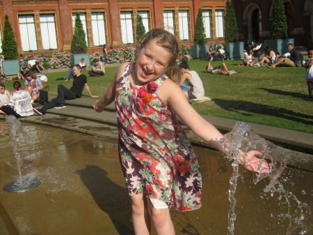 Photo of child playing at the fountain pool at Victoria and Albert museum